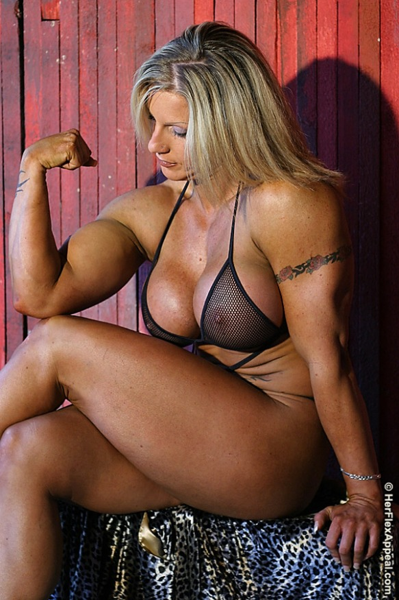 Lovely biceps of Zoa Linsey.